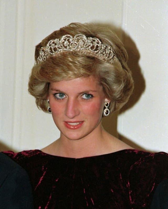 Porträt von Frau mit Krone im Haar