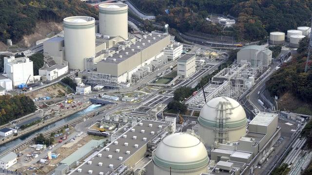 Vista ord l'aria sin l'implant atomar Takahama - 2 dals reacturs èn puspè activs dapi la gievgia.