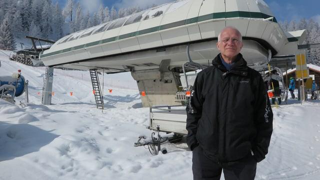 Martin Weilenmann steht vor der Talstation der Sesselbahn.