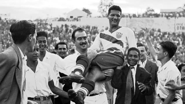 Joseph «Joe» Gaetjens wird auf Schultern durchs Stadion getragen.