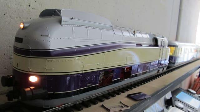 Moderne Modell-Lokomotive