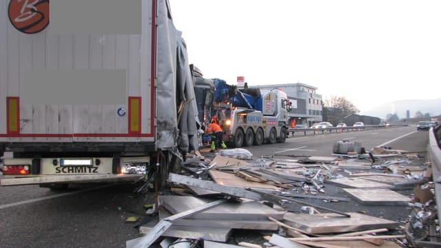 Lastwagen quer auf der Autobahn