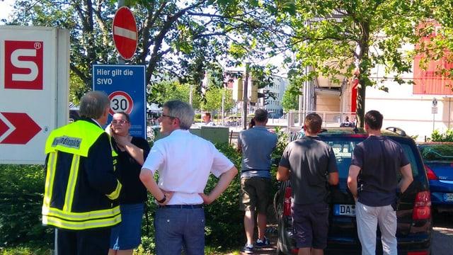 Polizia e passants datiers dal kino pertutgà.