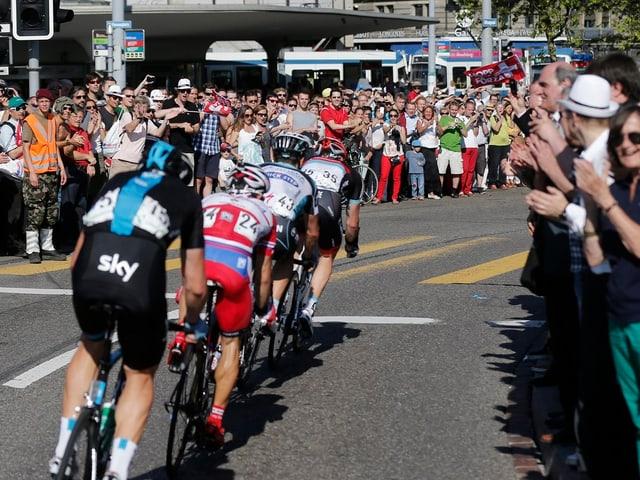Die Tour de Suisse 2013 passiert, angeführt von Gregory Rast, die Stadt Zürich.