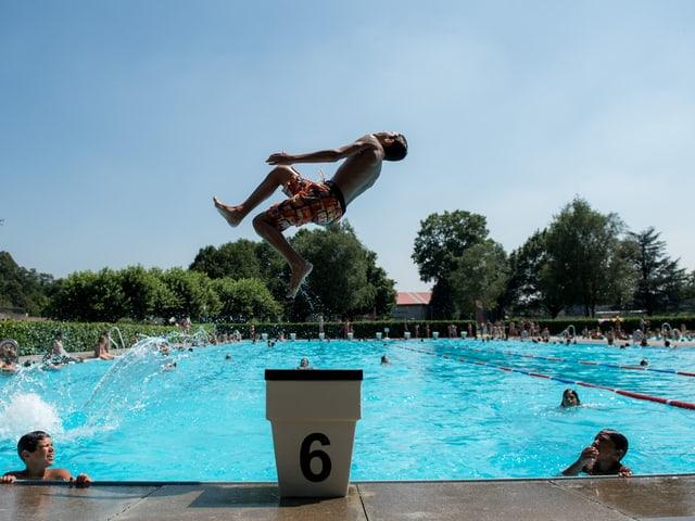 Schwimmbecken, mit blauem Wasser, Kind, das hineinspringt