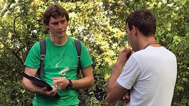 Zwei Männer sprechen miteinander