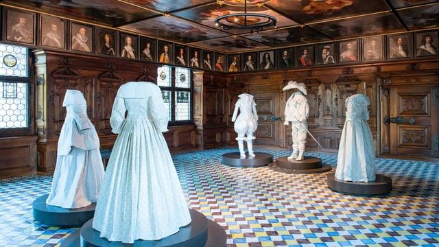 Eleganter Saal mit Gemälden (Portraits) aus dem 17. Jahrhundert und schöner Deckenmalerei.