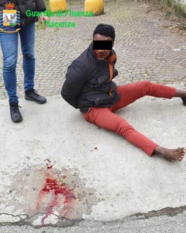 Mann sitzt gefesselt am Boden, neben ihm eine Blutlache