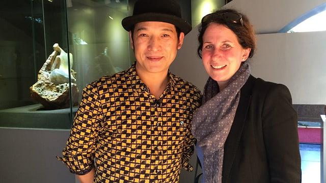 Produzentin Elvira Stadelmann und ein Jadeschnitzer in der chinesischen Grenzstadt Ruili.
