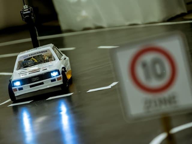 Ein Modellauto fährt über den Rundkurs