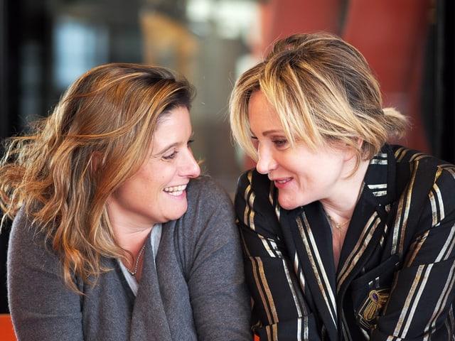 Patricia Kaas und Riccarda Trepp sitzen nebeneinander.