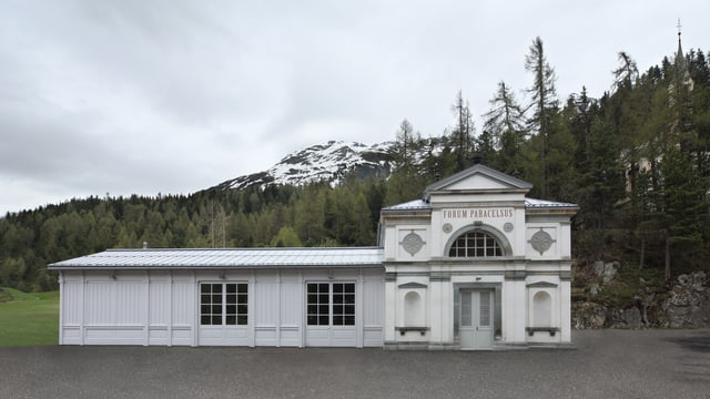 Ein weisses, langgestrecktes Gebäude: Die im 19. Jahrhundert erbaute Trinkhalle.