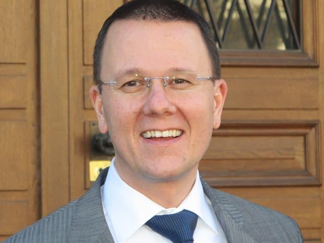 Regierungsrat Rolf Widmer steht vor dem Glarner Rathaus.