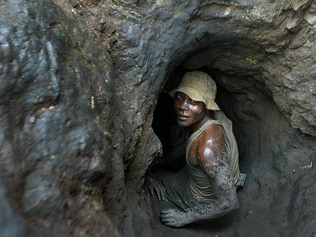 Ein Arbeiter der Shinkolobwe-Kobaltmine im Kongo auf dem Weg zum Einsatz.