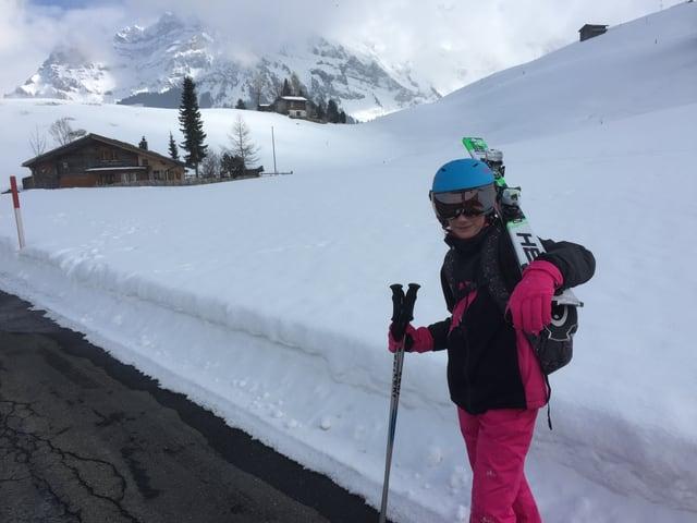 Mädchen mit den Skiern