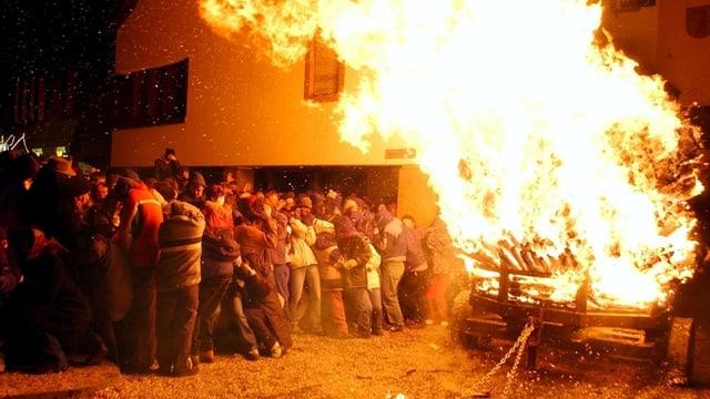 Brennender Chienbäse-Wage, Zuschauer weichen wegen Hitze zurück