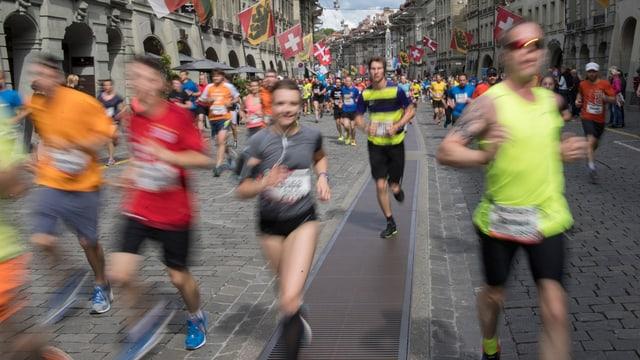 Läufer in einer Gasse