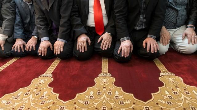 Muslims che fan oraziun.