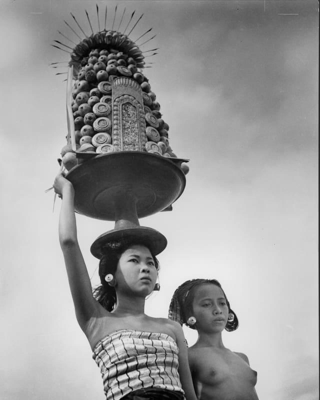 «Balinesische Mädchen» mit Opfergaben, die sie auf dem Kopf transportieren.