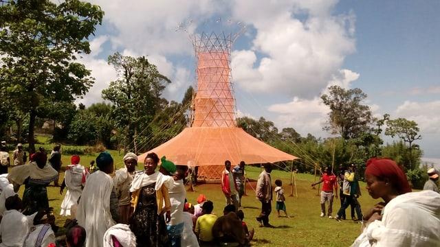 Ein Turm steht in einem Dorf.