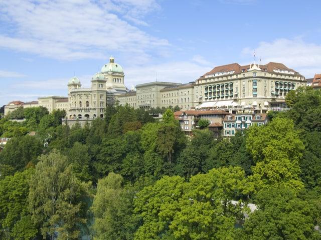 Aussenaufnahme des Bundeshauses und des gleich rechts nebenan stehenden Hotels