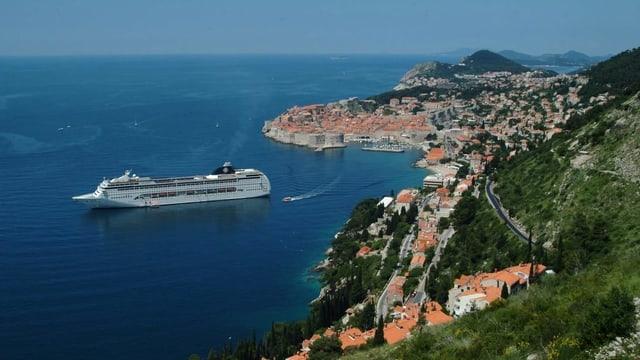 Kreuzfahrtschiff vor Dubrovnik.