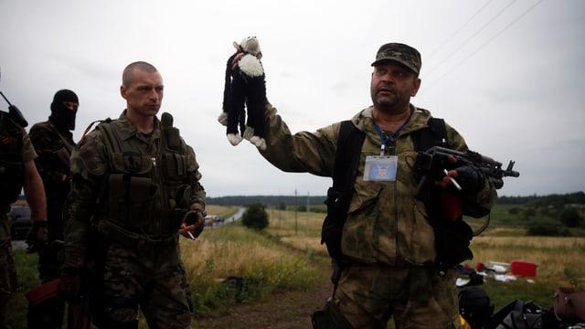 Ein prorussischer Separatistenführer hält einen Plüschaffen in die Höhe.
