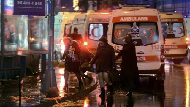 Ambulanzas e persunas avant il club ch'è vegnì attatgà ad Istanbul
