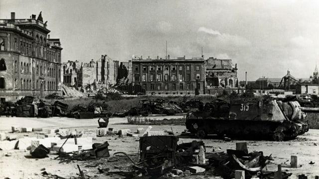 Schweizer Botschaft mit Panzer aus zweitem Weltkrieg