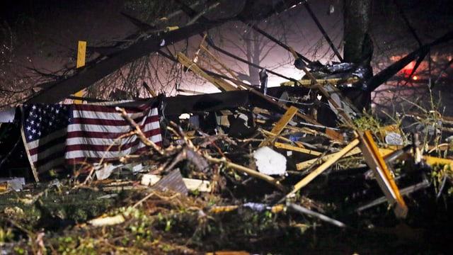 Trümmerhaufen mit einer US-Fahne.