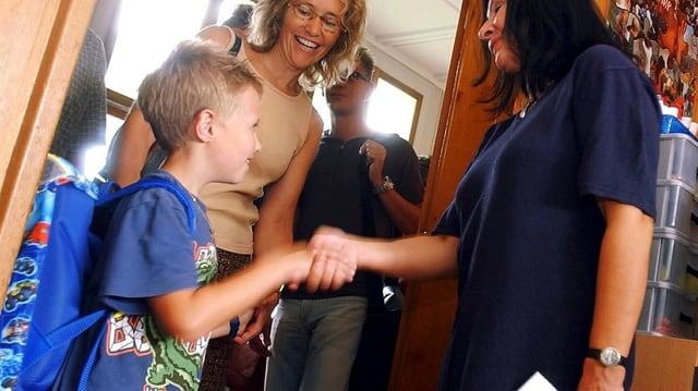 Schüler verabschiedet sich von Lehrerin.