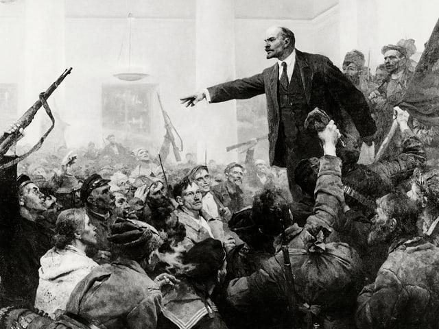 Lenin spricht in einem Saal voller Leute