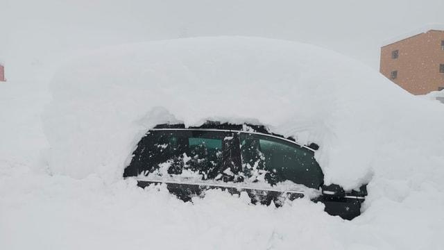 Völlig verschneites Auto in Airolo.