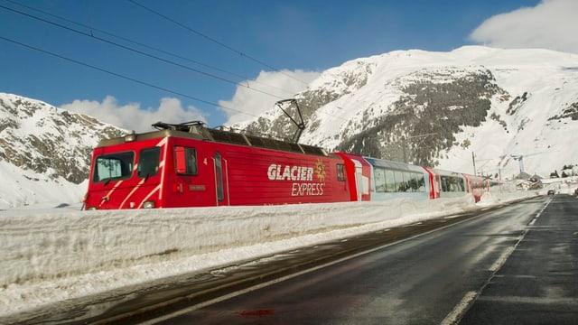 Il Glacier Express tranter Andermatt e Realp.