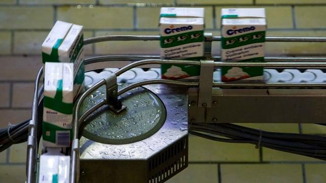 Ein Fliessband mit Rahmverpackungen des Milchverarbeiters Cremo