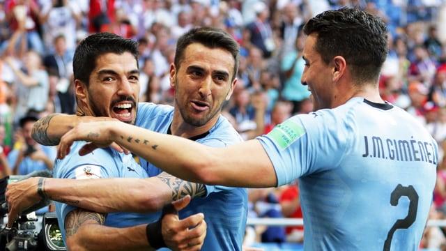 Luis Suarez sa legra da ses gol cun ses collegas d'equipa.