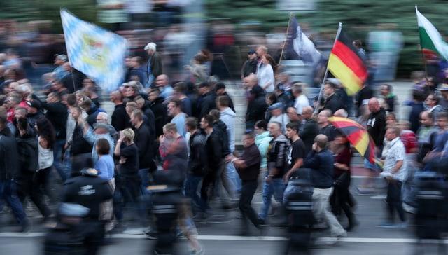 Demonstranten in Sachsen. Sie tragen deutsche Fahnen.
