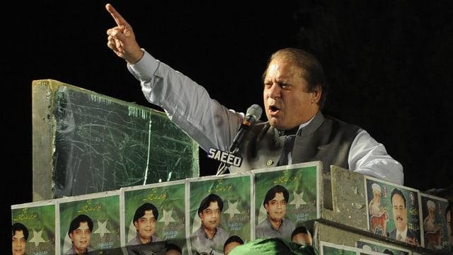 Nawaz Sharif bei einer Wahlkampfveranstaltung, mit erhobenem Zeigefinger hält er eine Ansprache.