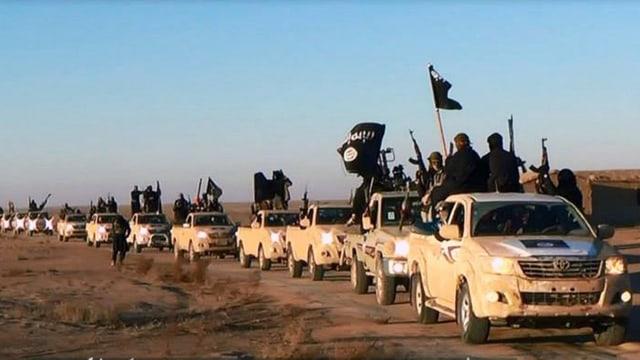 Ina colonna da pickups cun si ils dschihadists dal stadi Islamic.