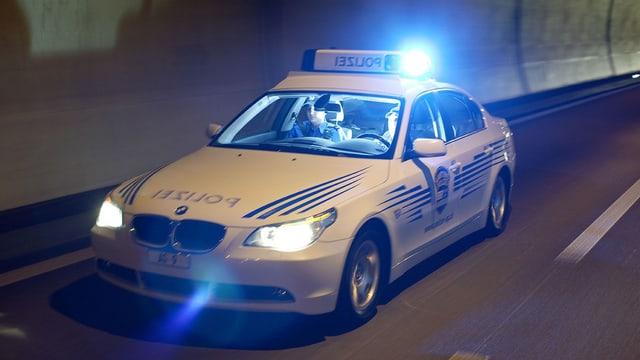 Polizeiauto fährt auf Strasse