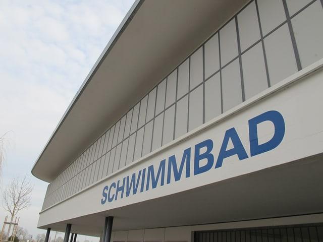 Blaue Schrift: Schwimmbad