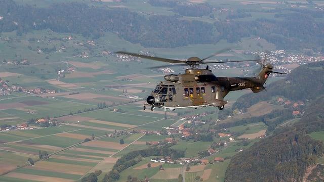 Ein Super-Puma Helikopter der Schweizer Armee fliegt über dem Mittelland