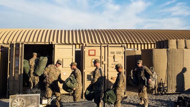 Nato-Soldaten packen in einem Camp in Afghanistan ihr Material.
