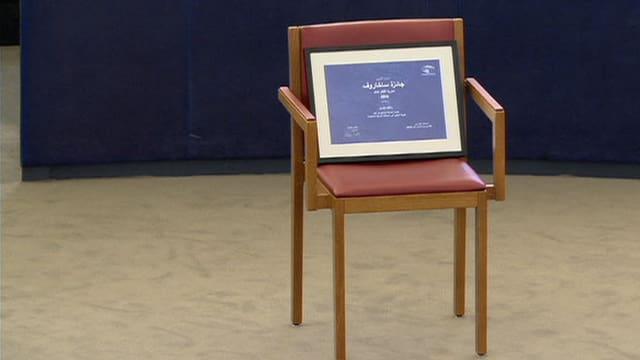 Der Stuhl des prämierten Bloggers bleibt leer. Den Preis nimmt seine Frau entgegen.