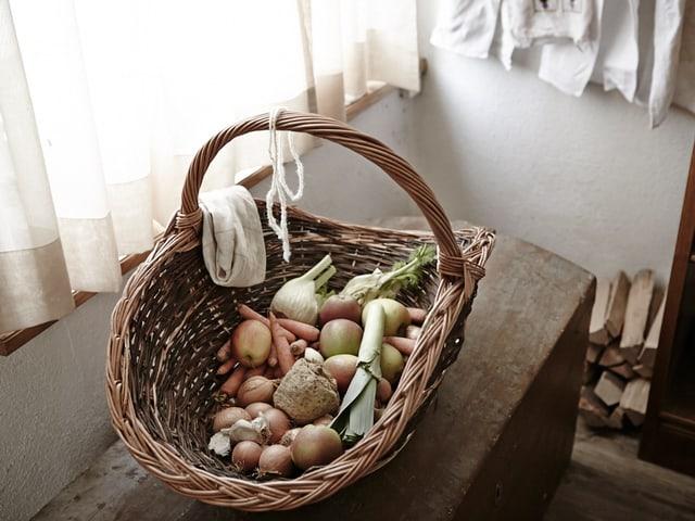 Ein Korb mit verschiedenem Gemüse darin.