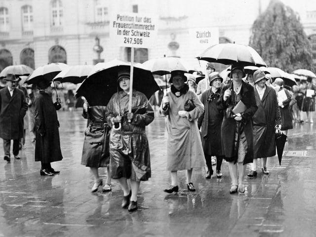 Demonstration anlässlich der Einreichung einer Petition für das Frauenstimmrecht 1929 in Bern. (Foto: Keystone)