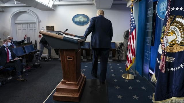 Trump läuft weg.