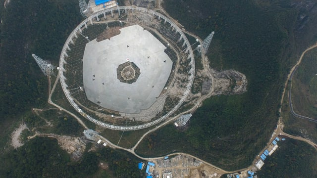 Luftaufnahme der Baustelle des grössten Radioteleskops der Welt im Süden von China.