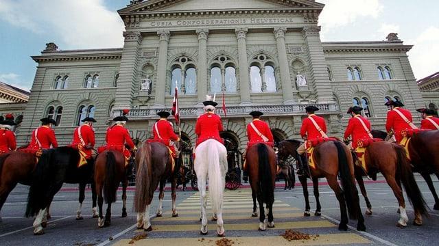 Berner Dragoner vor dem Bundeshaus.