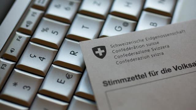 Computer-Tastatur mit darauf liegendem Stimmzettel
